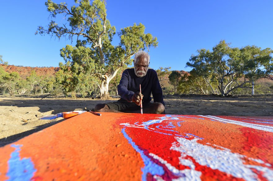 Yannima Tommy Watson paints in his country near Alice Springs Famous Artists