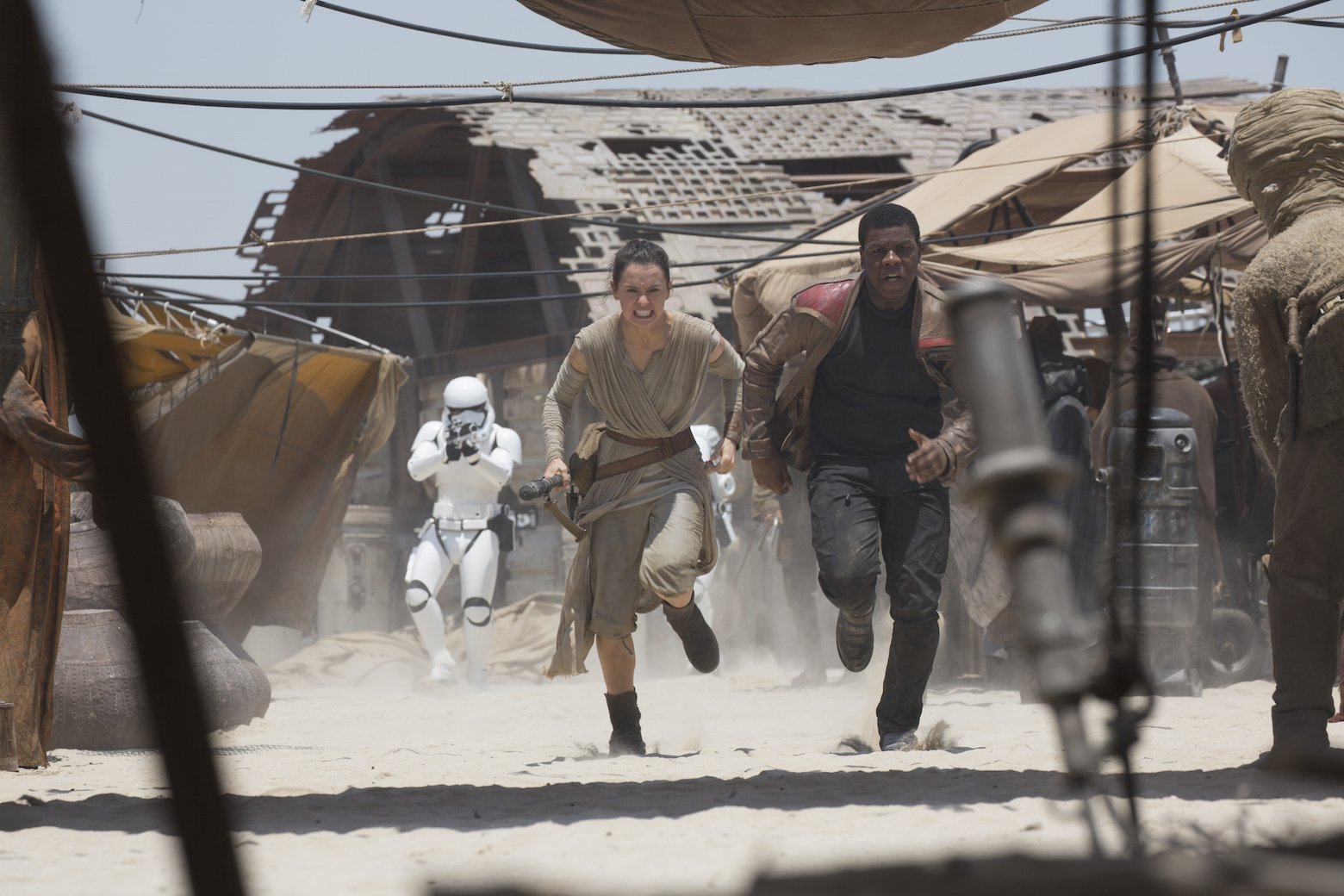 Star Wars VII The Force Awakens 15 - Rey anf Finn run from stormtroopers