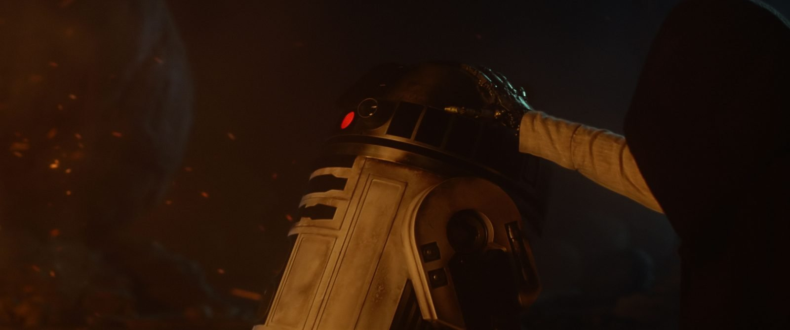 Star Wars VII The Force Awakens 28 - Robotic hand on R2-D2 Luke Skywalker