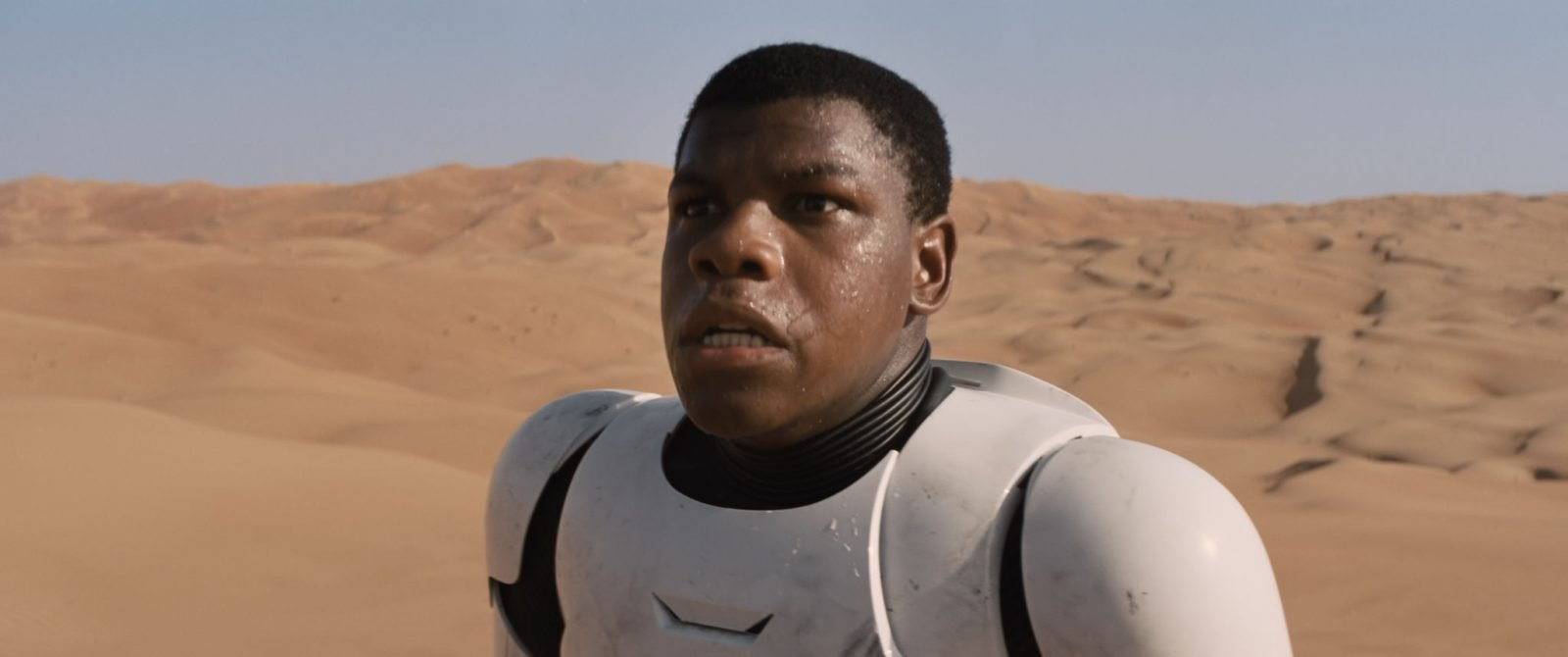 Star Wars VII The Force Awakens 37 - Finn in stormtrooper armor on Jakku