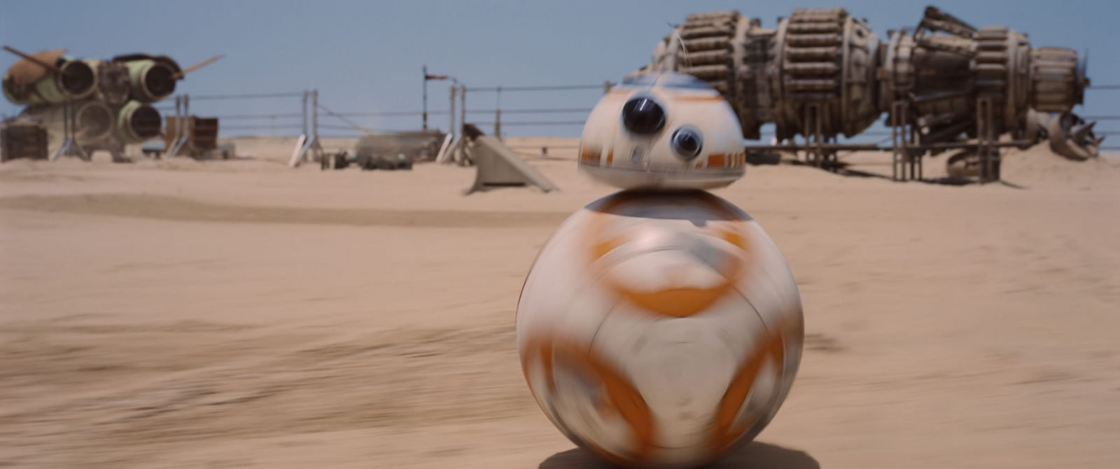 Star Wars VII The Force Awakens 39 - BB-8 on sand in Jakku