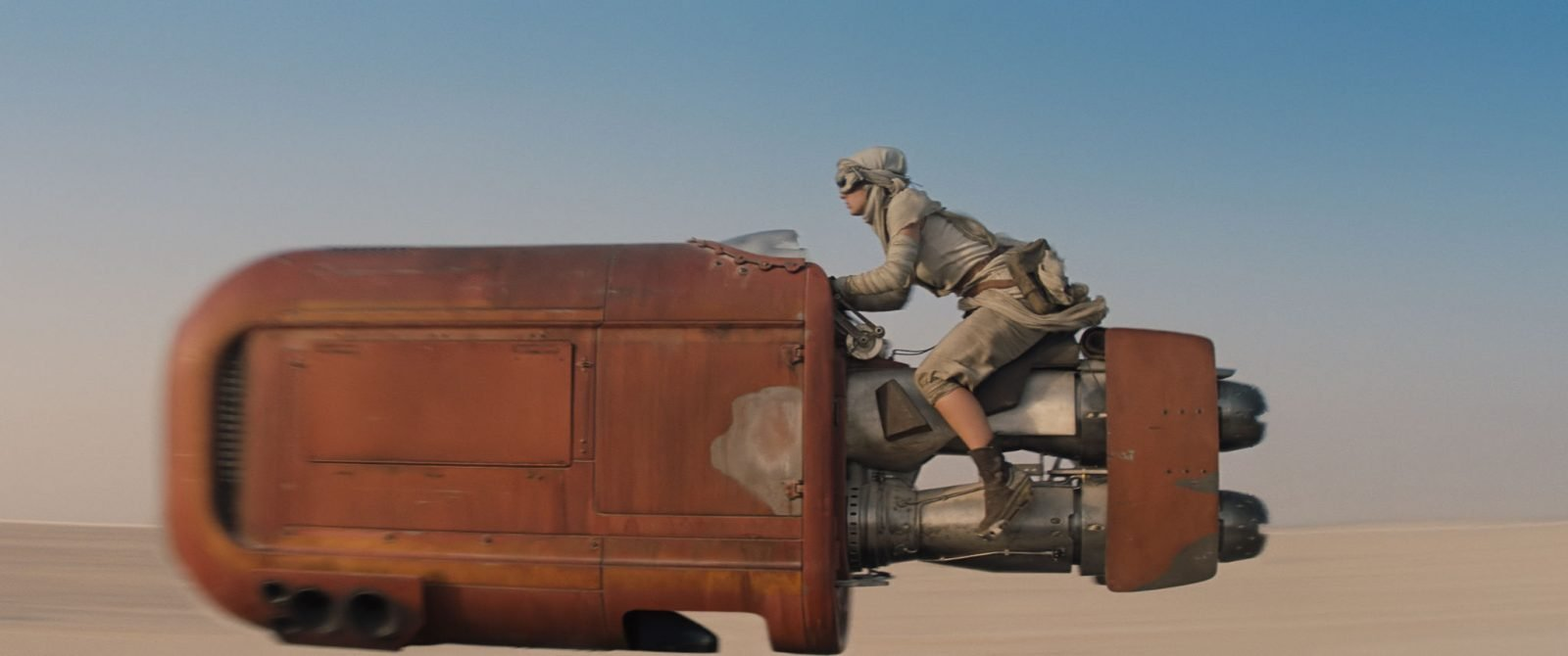 Star Wars VII The Force Awakens 40 - Rey on her speeder